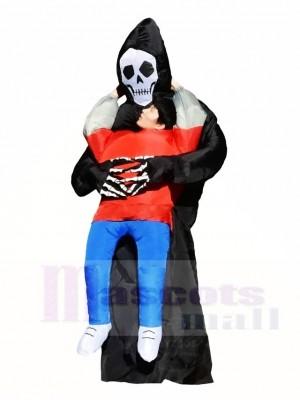 Schädel Monster tragen mich auf einem aufblasbaren schwarzen Dämon Halloween Kostüme für Erwachsene