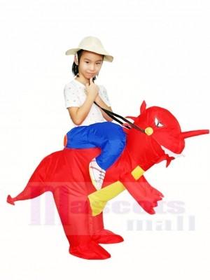 Fahrt auf roten Dinosaurier mit aufblasbaren Halloween Weihnachts kostümen für Kinder