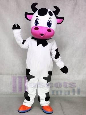 Nettes blaues Augen Kuh Maskottchen kostümiert Vieh